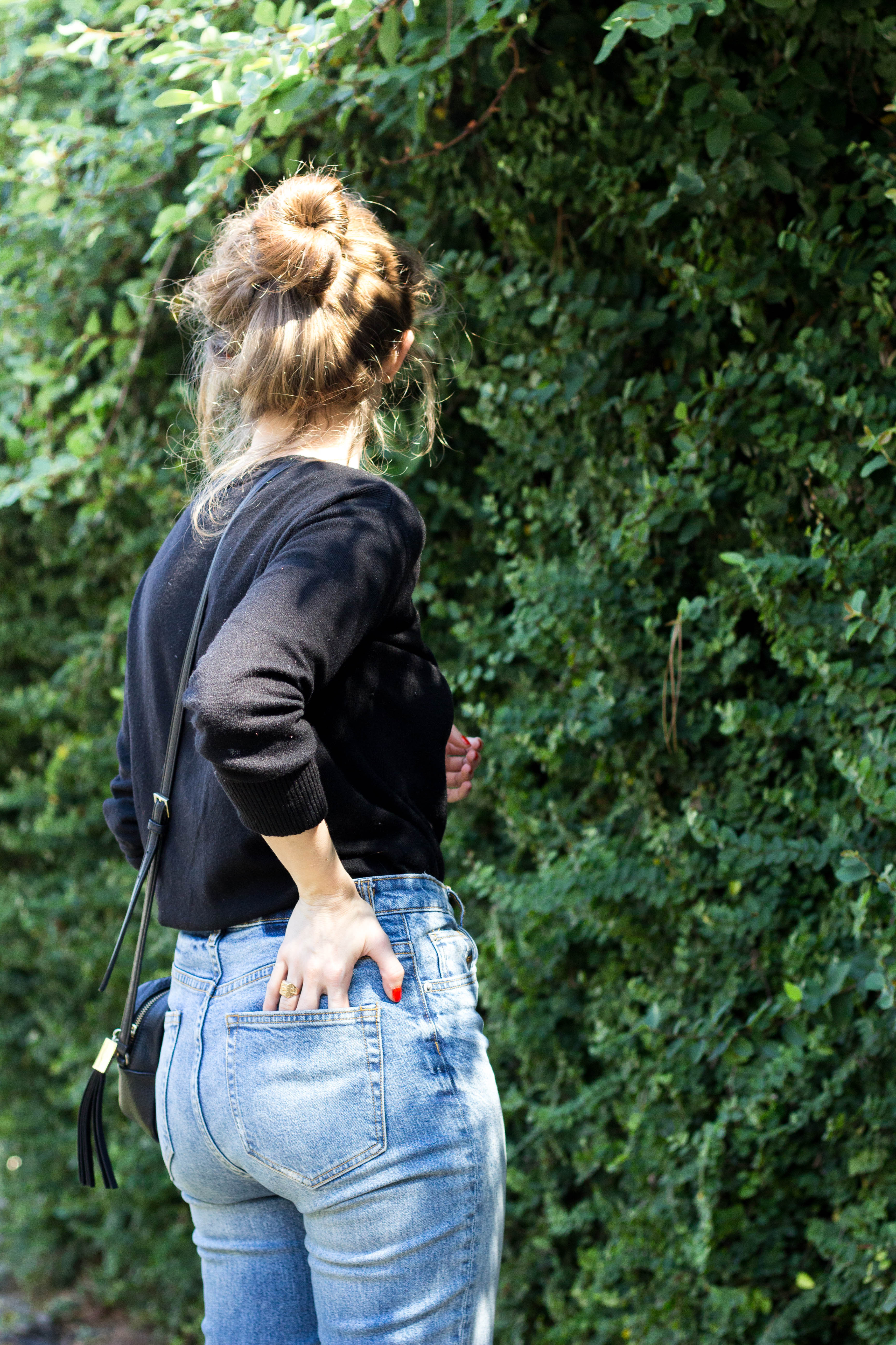 fall basics outfit, simple fall outfit, high waisted jeans, how to style high waist jeans, simple black sweater