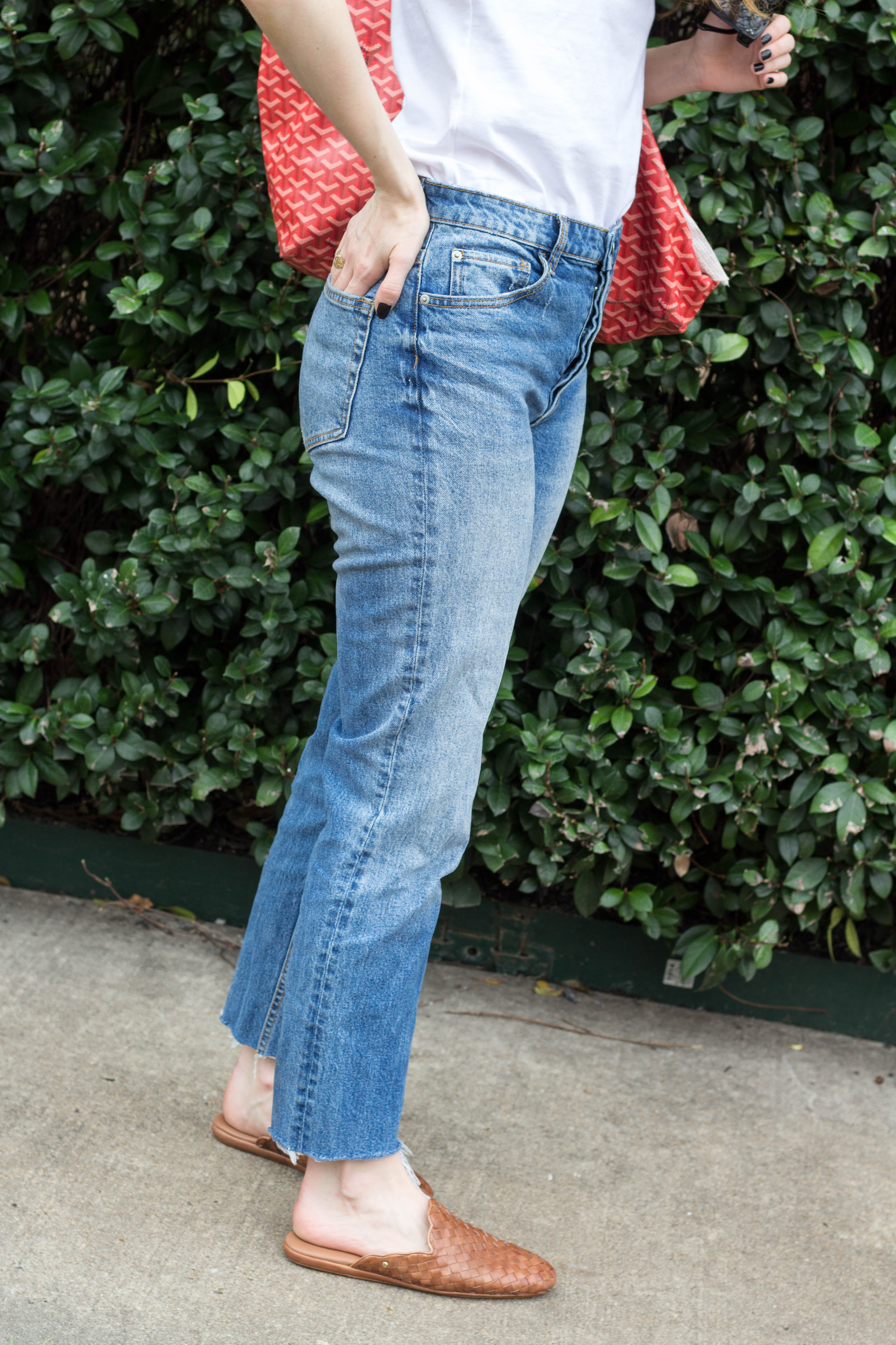 mom jeans and slides, how to style slides, jeans and a tee shirt